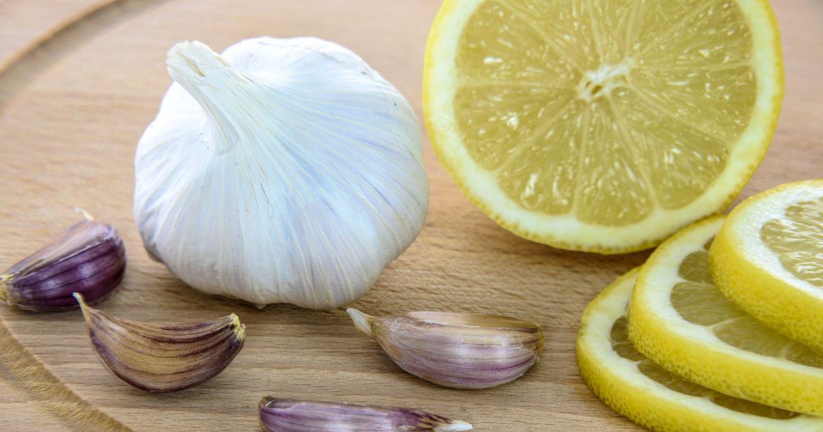 Mit Zitrone und Knoblauch gegen Verkalkung